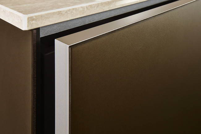 next125 NX902 Sklo bronz metalic mat - detail předních dvířek